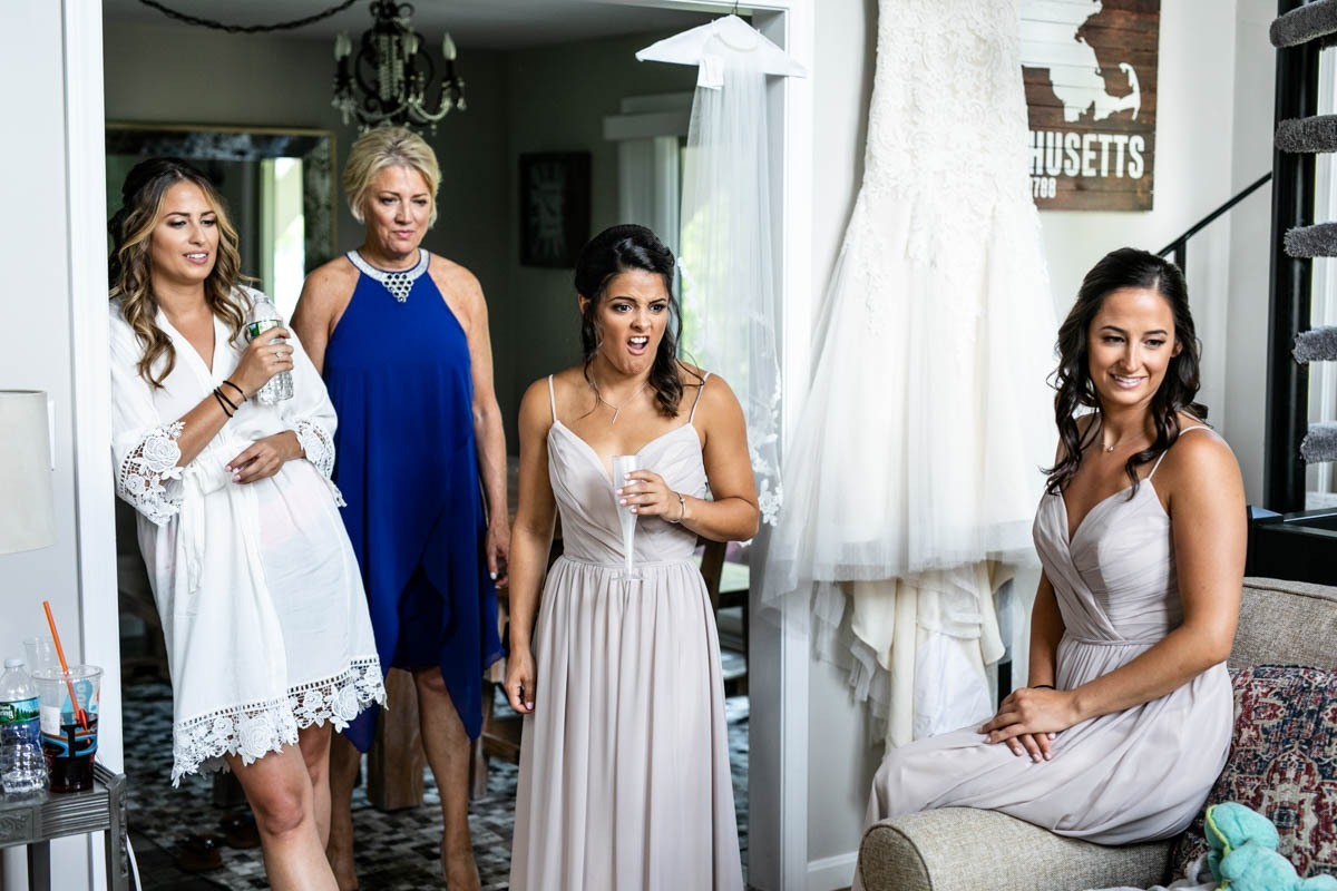 bride-bridesmaids-getting-ready